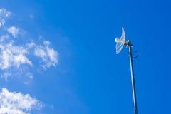 Antenna parabolica bianca di griglia per la casa su cielo blu Immagini Stock Libere da Diritti