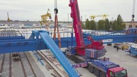 Antenna per la zona industriale del porto con macchinario speciale clip Magazzino con le gru di sollevamento, contenitori di cont stock footage