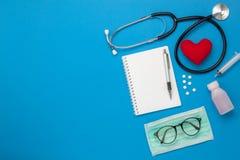 Antenna piana di disposizione degli strumenti medici & concetto del fondo di assicurazione di sanità Fotografie Stock