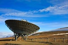 Antenna radiofonica direzionale sul pendio di collina Fotografie Stock Libere da Diritti