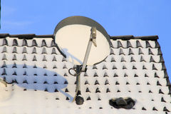 Antenna satellitare di Digital nell'inverno Fotografia Stock