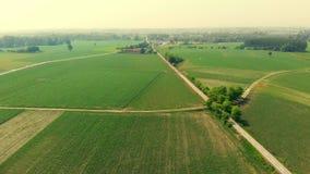 Antenna: sorvolare la campagna, la gente che ciclano lungo la pista ciclabile attraverso i campi coltivati ed il terreno coltivab video d archivio