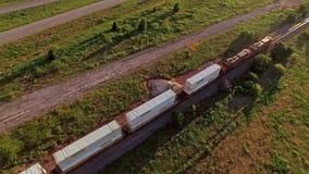 Antenna strabiliante di un treno merci che passa attraverso la campagna stock footage