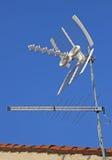Antenna TV per la ricezione dei canali televisivi e del cielo blu Fotografia Stock