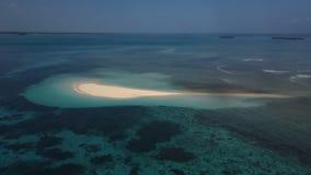 Antenna: Una piccola isola, un'isola persa, bella acqua azzurrata, un'isola per due, Zanzibar, Maldive stock footage