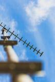 Antenna Viw dell'antenna della televisione TV dal fondo su Immagini Stock Libere da Diritti