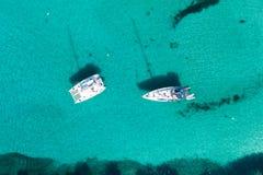 Antenna: Yacht in una baia immagine stock libera da diritti