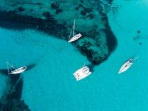 Antenna: Yacht in una baia fotografia stock