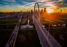 Antenne über Brücken-Dallas Texas Dramatic Sunrise Margaret Hunt-Hügel-Brücke und Réunions-Turm stockfoto