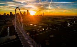 Antenne über Brücken-Sonneneruptions-Sonnenaufgang-Dallas Texas Dramatic Sunrise Margaret Hunt-Hügel-Brücke und Réunions-Turm lizenzfreies stockfoto