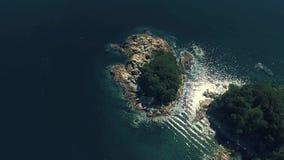 Antenne über der Insel mitten in Meer stock footage