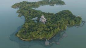 Antenne über Insel mitten in See des blauen Wassers auf dem Sonnenuntergang stock video