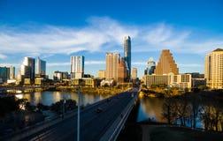 Antenne au-dessus d'Austin Texas Modern Buildings reflétant l'orange chaud outre de l'horizon Image libre de droits