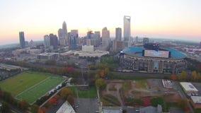 Antenne au-dessus de Charlotte North Carolina pendant le lever de soleil banque de vidéos