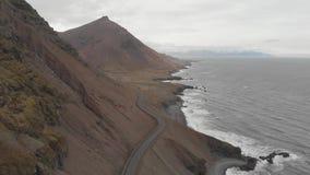 Antenne au-dessus de la conduite par le vaste paysage islandais de nature beau banque de vidéos