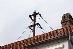 Antenne auf Dachspitze eines historischen Weinlesegebäudes stockbild