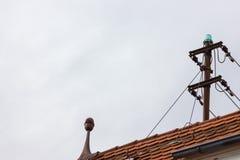 Antenne auf Dachspitze eines historischen Weinlesegebäudes lizenzfreie stockfotos