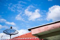Antenne auf dem Dach mit dem Hintergrund des blauen Himmels Stockbild