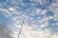 Antenne auf einem Hintergrund des Himmels mit Wolken lizenzfreie stockfotografie