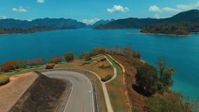 Antenne: Aufstiegsbrummen von der Straße in Richtung zum See stock video