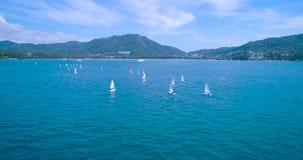 Antenne : Beaucoup petit flotteur de voilier en mer regatta clips vidéos