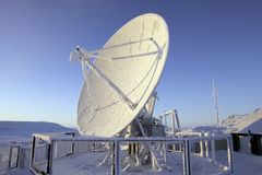 Antenne bedeckt durch Reif gegen blauen Himmel stockfoto