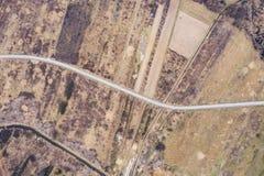 Antenne boven mening van een landelijk landschap met weg het lopen Hommelfotografie royalty-vrije stock afbeeldingen