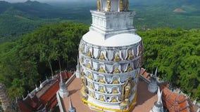 Antenne: Buddhistischer Tempel Knall Riang Populärer touristischer Platz in Phangnga-Provinz, Thailand HD stock footage