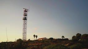Antenne côtière de radar de veille tournant sur le dessus de la tour contre le ciel clips vidéos