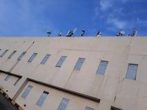 Antenne cellulaire devant la lumi?re du soleil, pendant un coucher du soleil nuageux et pluvieux photographie stock libre de droits
