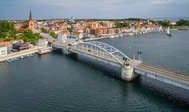 Antenne Christen X bridgde en de waterkant bij Sønderborg-haven met schepen stock afbeelding