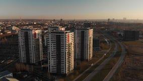 Antenne cinématographique au coucher du soleil avec les sctscrapers et le centre ville de Riga dans l'horizon de fond banque de vidéos
