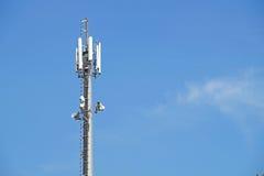 Antenne d'émetteur au-dessus de ciel bleu pour la connexion mobile Photographie stock