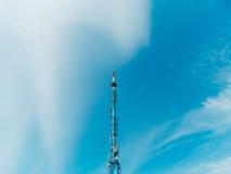 Antenne d'émission télévisée contre le ciel Image stock