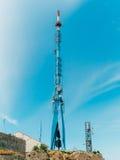 Antenne d'émission télévisée contre le ciel Photographie stock