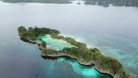 Antenne d'île et de Marine Lake de chaux en Raja Ampat banque de vidéos