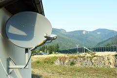 Antenne d'antenne parabolique avec le ciel bleu photographie stock libre de droits