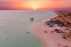 Antenne d'Aruba aux huttes du ` s de pêcheur dans les Caraïbe au twilig Images libres de droits