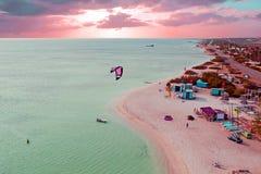 Antenne d'Aruba aux huttes du ` s de pêcheur dans les Caraïbe au twilig Images stock