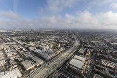 Antenne d'autoroute du port 110 de Los Angeles avec des nuages d'après-midi Photos stock