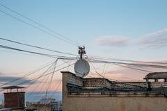 Antenne d'antenne parabolique et un bon nombre de câbles Photographie stock