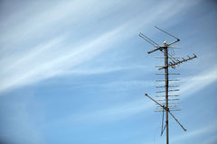 Antenne dans le ciel images libres de droits
