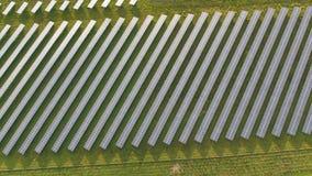 Antenne de bourdon d'une centrale solaire à côté de la route dans le paysage agricole clips vidéos