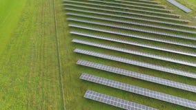 Antenne de bourdon d'une centrale solaire à côté de route banque de vidéos