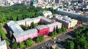 Antenne de bourdon des bâtiments modernes à Kiev donnant sur un lac, Ukraine clips vidéos