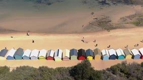Antenne de Brighton Bathing Boxes à Melbourne faisant face à la mer, tir en hausse de grue banque de vidéos