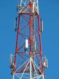 Antenne de cellules, émetteur Tour mobile par radio des télécom TV contre le ciel bleu Photo libre de droits