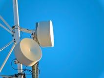 Antenne de cellules, émetteur Tour mobile par radio des télécom TV contre le ciel bleu Images libres de droits