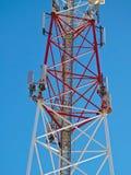 Antenne de cellules, émetteur Tour mobile par radio des télécom TV contre le ciel bleu Photographie stock libre de droits