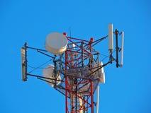Antenne de cellules, émetteur Tour mobile par radio des télécom TV contre le ciel bleu Photos libres de droits